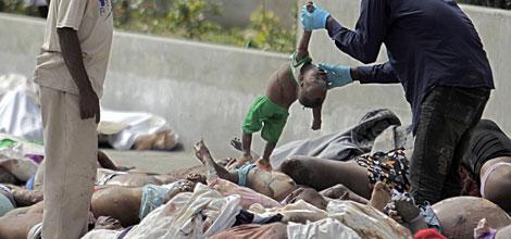 El cadáver de un niño, entre decenas de cuerpos. | Reuters Más fotos | Vídeo