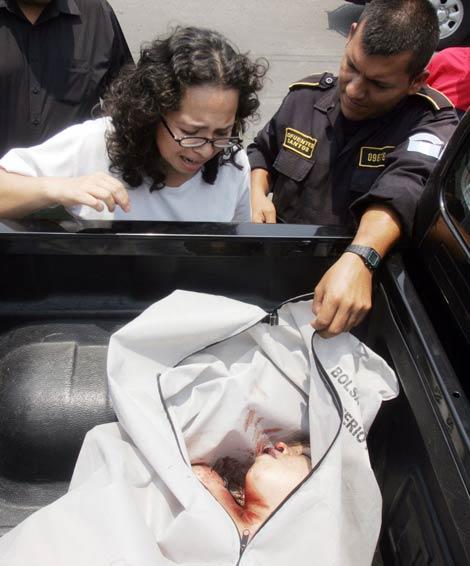 un policia muestra a una mujer el cadaver de una joven asesinada en la