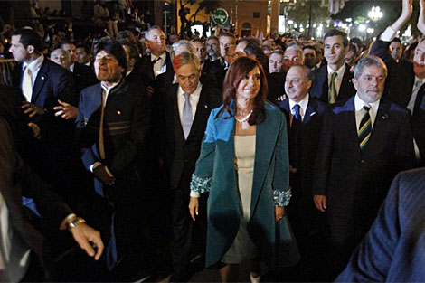 Cristina Kirchner flanqueada por Evo Morales, Sebastin Piera y Lula da Silva. | Efe