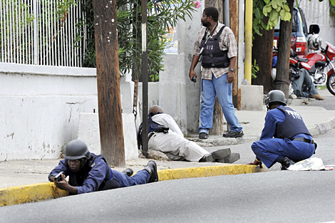 Varios policas patrullan en Kingston, Jamaica. | AP