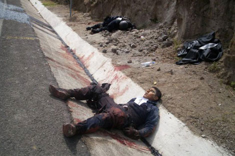 dos policias muertos a manos de sicarios en la carretera zitacuaro