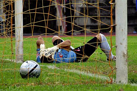 Luis Contreras, portero de FAS, lamenta el segundo gol encajado. | Roberto Valencia