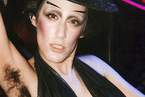 Ladyfag con su imagen de marca, axilas sin depilar. | Wireimage