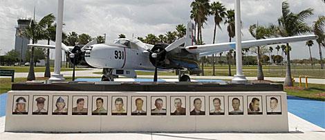El B-26 de la Brigada 2506 en el aeropuerto de Tamiami. | AP