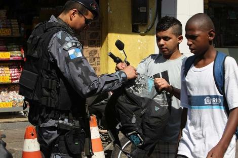 A polícia busca as mochilas de dois jovens negros na favela da Rocinha.  | Efe