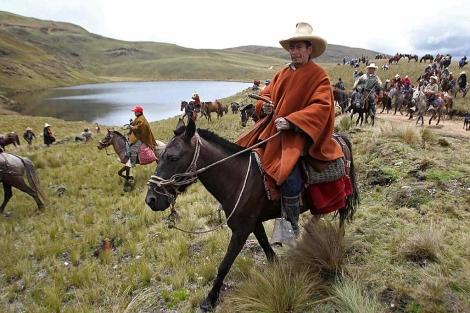 Los campesinos se movilizan cerca de las lagunas que serán afectadas. | Efe