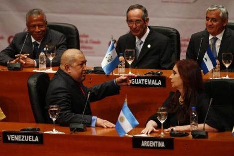 El presidente Hugo Chávez junto a Cristina Fernández (delante), en la apertura de la CELAC. | AP