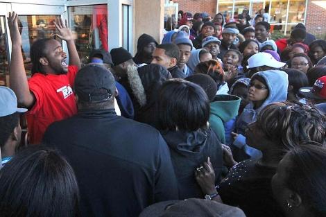 UNa multitud se agolpa en una tienda en Charlotte. | AP
