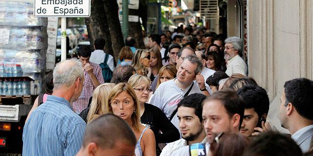 Cola en la embajada española en Buenos Aires. | Efe