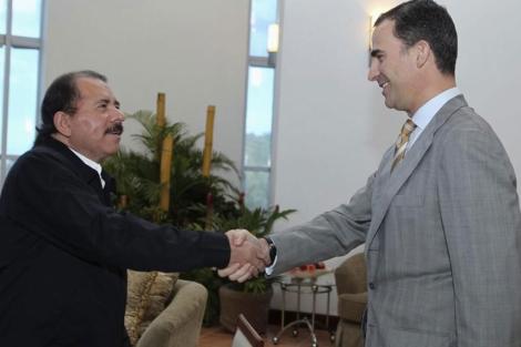 El príncipe Felipe estrecha la mano de Ortega en Managua. | Reuters