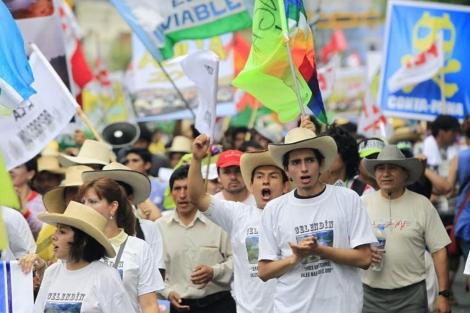 Manifestantes este viernes en las calles de Lima. | Reuters