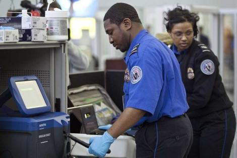 Agentes de policía y empleados de seguridad en el aeropuerto JFK. | Reuters