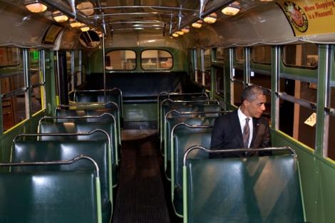 El presidente de EEUU, Barack Obama, en el lugar que ocupó Rosa Parks. | Casa Blanca