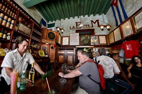 Turistas en la barra de la Bodeguita del Medio.| Afp