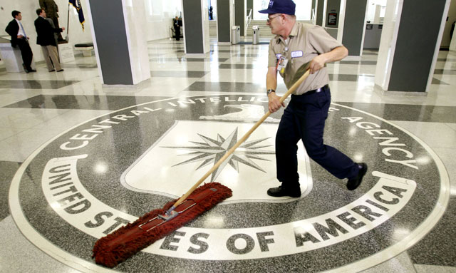 Un trabajador limpia la entrada al edificio de la sede central de la CIA. | E. M.