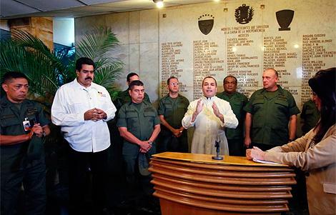 Maduro, junto a la cúpula militar anuncia la muerte de Chávez.   Afp