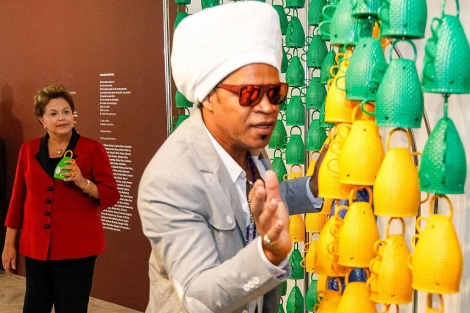 Carlinhos Brown, junto a la presidenta Rousseff y su instrumento. | Afp