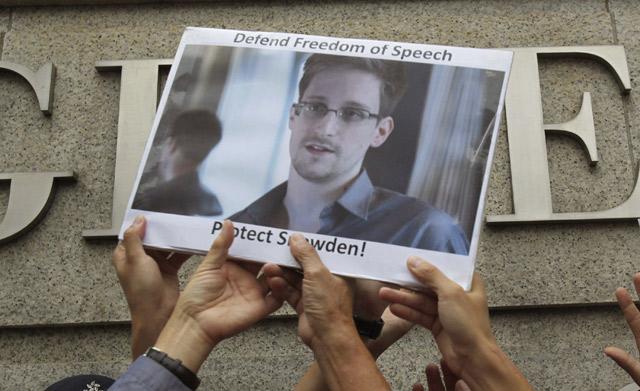 Apoyo a Snowden en el consulado de EEUU en Hong Kong, hace unos días. | Reuters