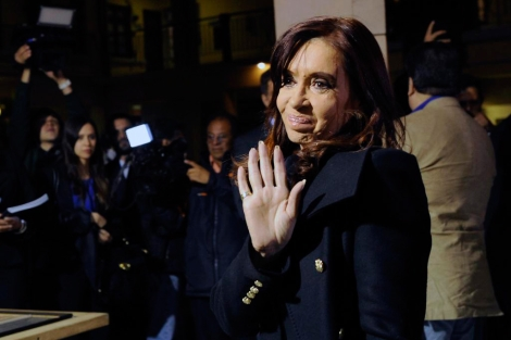 La presidenta Cristina Kirchner saluda antes de entrar a una reunión. | Afp