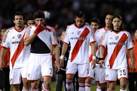 Los jugador de River Plate abandonan el terreno de juego tras un partido. | Afp