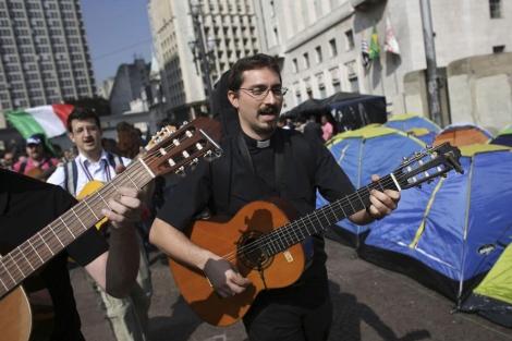 Peregrinos que han llegado ya a Sao Paulo para esperar al Papa. | Reuters