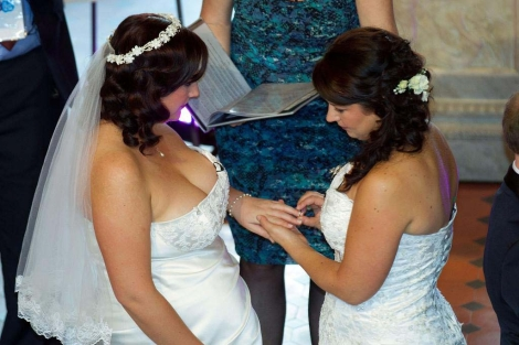 Una pareja de lesbianas contraen matrimonio | Afp