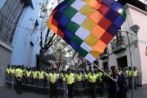 Un manifestante agita su bandera frente al cerco policial. Afp