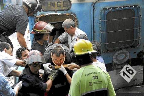 Un equipo de emergencia rescatan del tren a un herido en el accidente. | Reuters