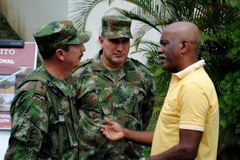 El 'Negro Tomas', cabecilla del Frente 18 de las FARC, con el Ejército.| Efe