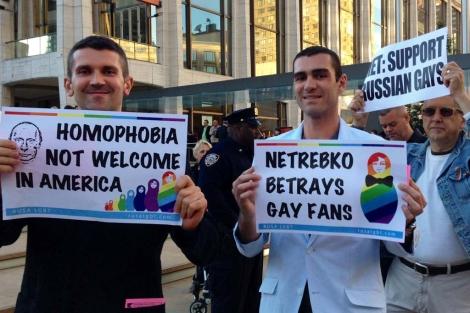 Activistas protestan a la entrada de la Met. | E. S.