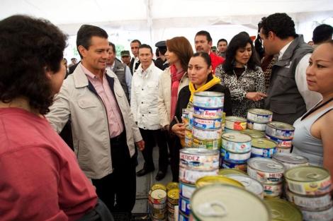El presidente mexicano, de visita en un centro de atención a damnificados.   Efe