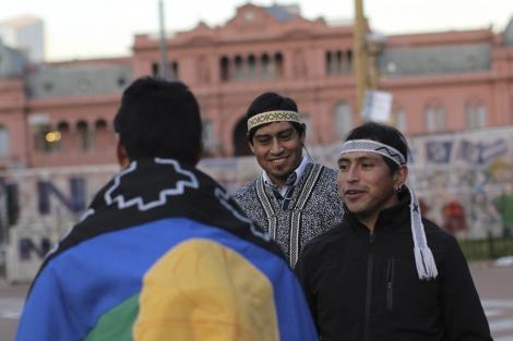 Activistas indígenas participan en la vigilia en la Plaza de Mayo de Buenos Aires. | Efe