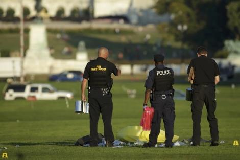 La policía analiza el lugar en el que el fallecido se prendió fuego.| Reuters