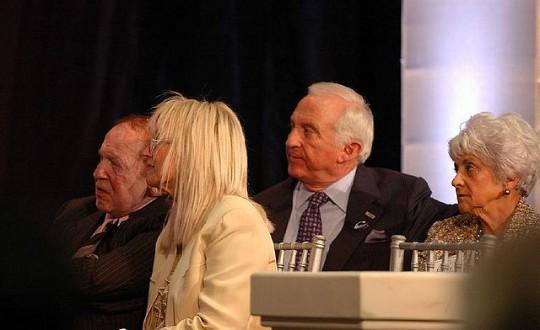 Adelson, en primera fila, con su esposa, Miriam, a su izquierda. Tras ellos, Mel Sembler, (copresidente del Comité Financiero de la campaña de Mitt Romney en Florida), y su mujer, Betty.