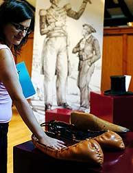El calzado del 'Gigante de Altzo'. (EFE)
