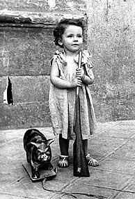 Fotografía de una 'niña de la guerra'. (Foto: EL MUNDO)