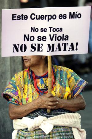 Una mujer se manifiesta contra la violencia en Guatemala. (Foto:EFE)
