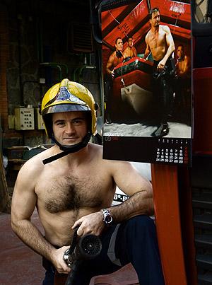 Uno de los bomberos que, torso al aire, recaudan dinero. (Foto: Carlos García)