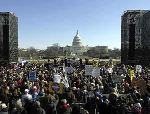 Los manifestantes, en el 'Mall' de Washington, con el Capitolio al fondo. (Foto: AP)