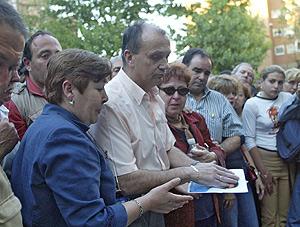 Los padres de 'Manu' depositan una foto en el lugar de los hechos, en 2005. (Carlos Barajas)