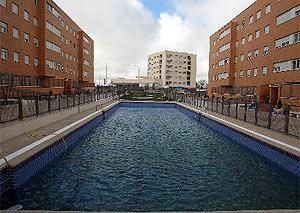 Imagen de la piscina del bloque de viviendas. (Julio Palomar)