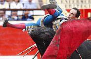 El torero sufrió un revolcón con el cuarto de la tarde. (Foto: EFE)