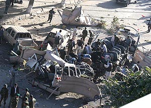 El autobús atacado, totalmente destrozado. (Foto: AP)