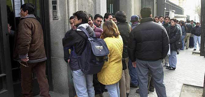 Colas de inmigrantes ecuatorianos en la Delegacion del Gobierno para regularizar su situacion en España. (Foto: Carlos Miralles)