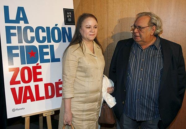 La escritora Zoe Valdés y el periodista y poeta Raúl Rivero, en la presentación. (Foto: EFE)