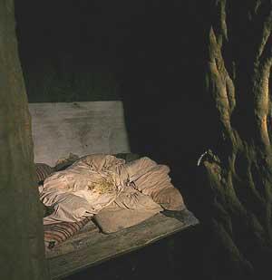 Un camastro en el interior de la cueva. (Foto: REUTERS)