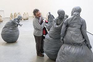 Un visitante contempla otra de las obras del madrileño. (Foto: Iñaki Andrés)