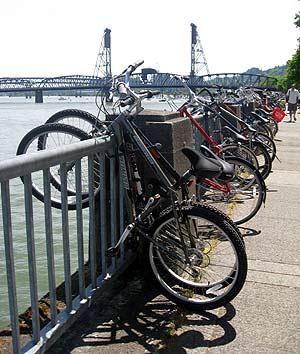 Bicicletas aparcadas en el río Willamette de Portland.