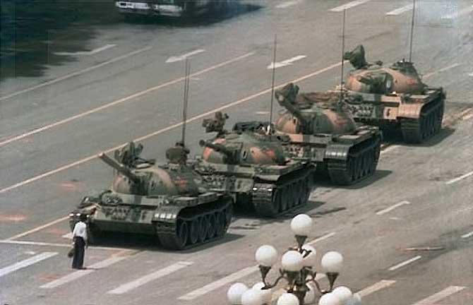 Hombre para fila de tanques en Tiananmen (China)