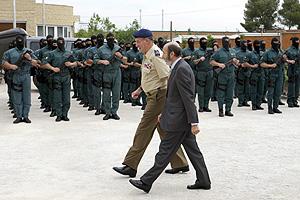 El Rey, acompañado de Rubalcaba, ante una formación de la UEI. (Foto: EFE)